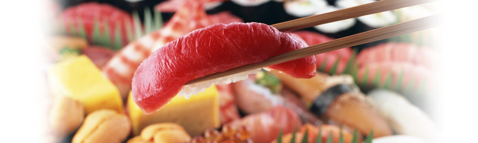 寿司酢への拘り・・・ さらにおいしさを求めて江戸時代から続く昔ながらの静置醗酵法によって半年から三年の間じっくりと醗酵熟成した、まろやかな米酢に砂糖、日高昆布、天然塩を加え味に一段と深い旨味とコクを引き出し、シャリの旨味をさらに引き立たせました。